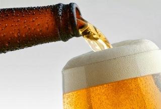 sirviendo cerveza en vaso